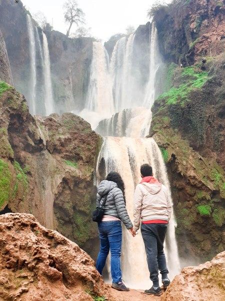 Sarah et Sami en face des cascades d'Ouzzoud au Maroc
