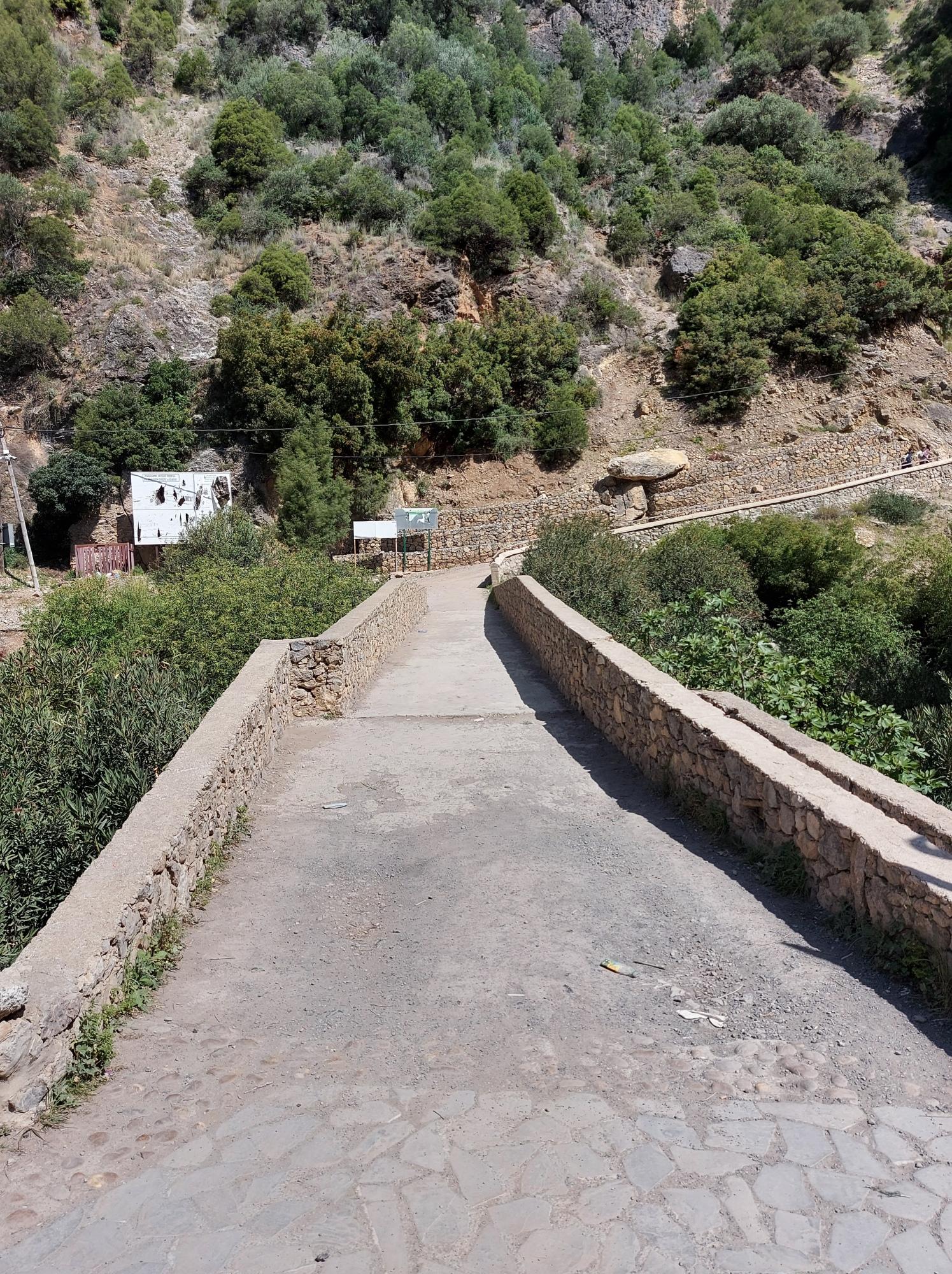Un pont qu'il faut traverser puis prendre à droite pour se rendre aux cascades d'Akchour au Maroc