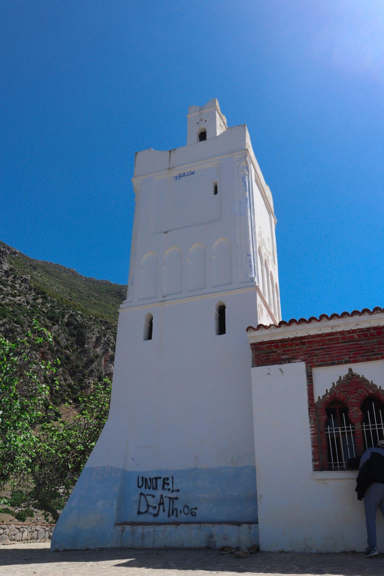 La mosquée Bouzaafar perchée au sommet d'une colline et qui domine la ville Chefchaouen
