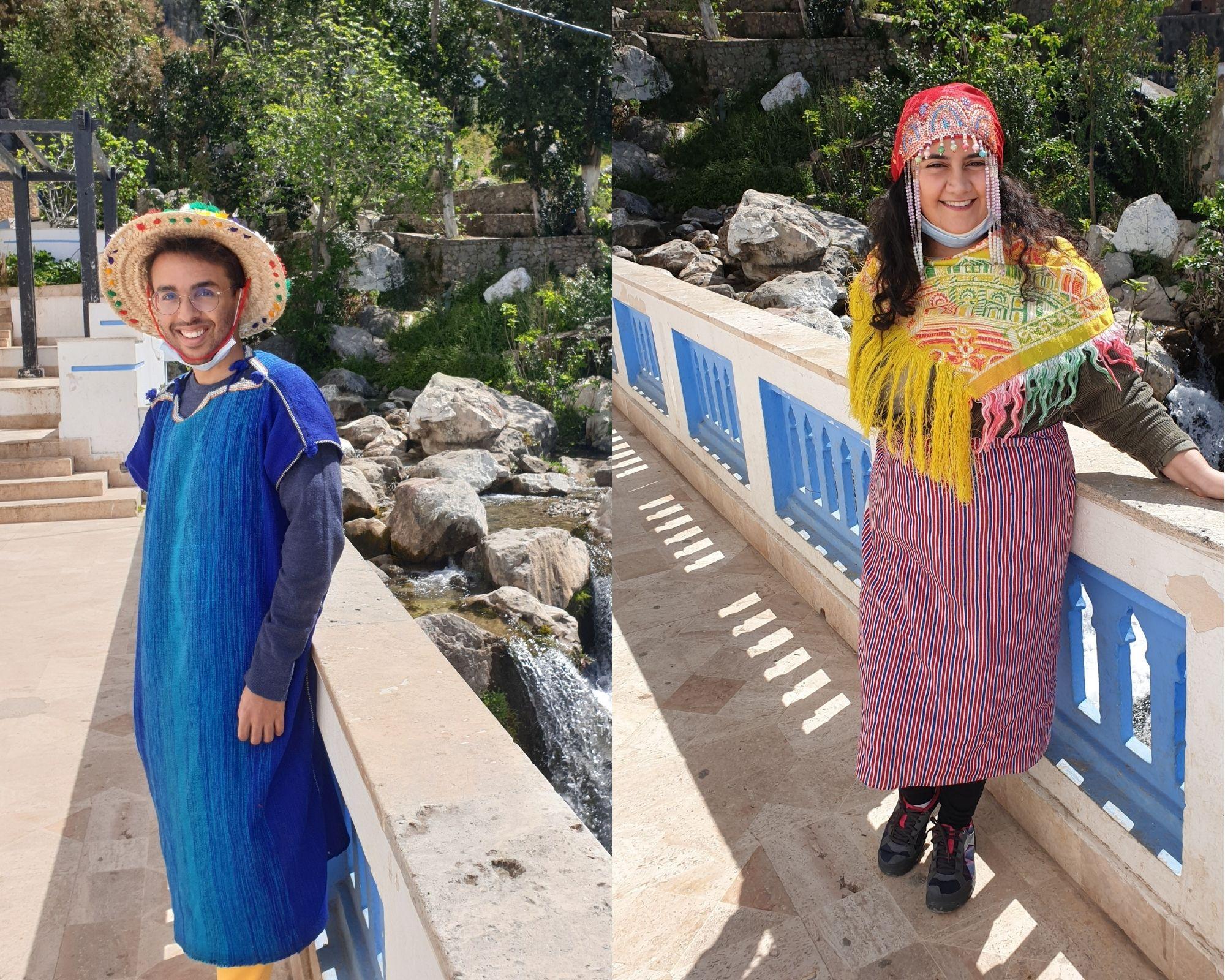 Sami (à gauche) et Sarah (à droite) portent les habits traditionnels du Nord du Maroc