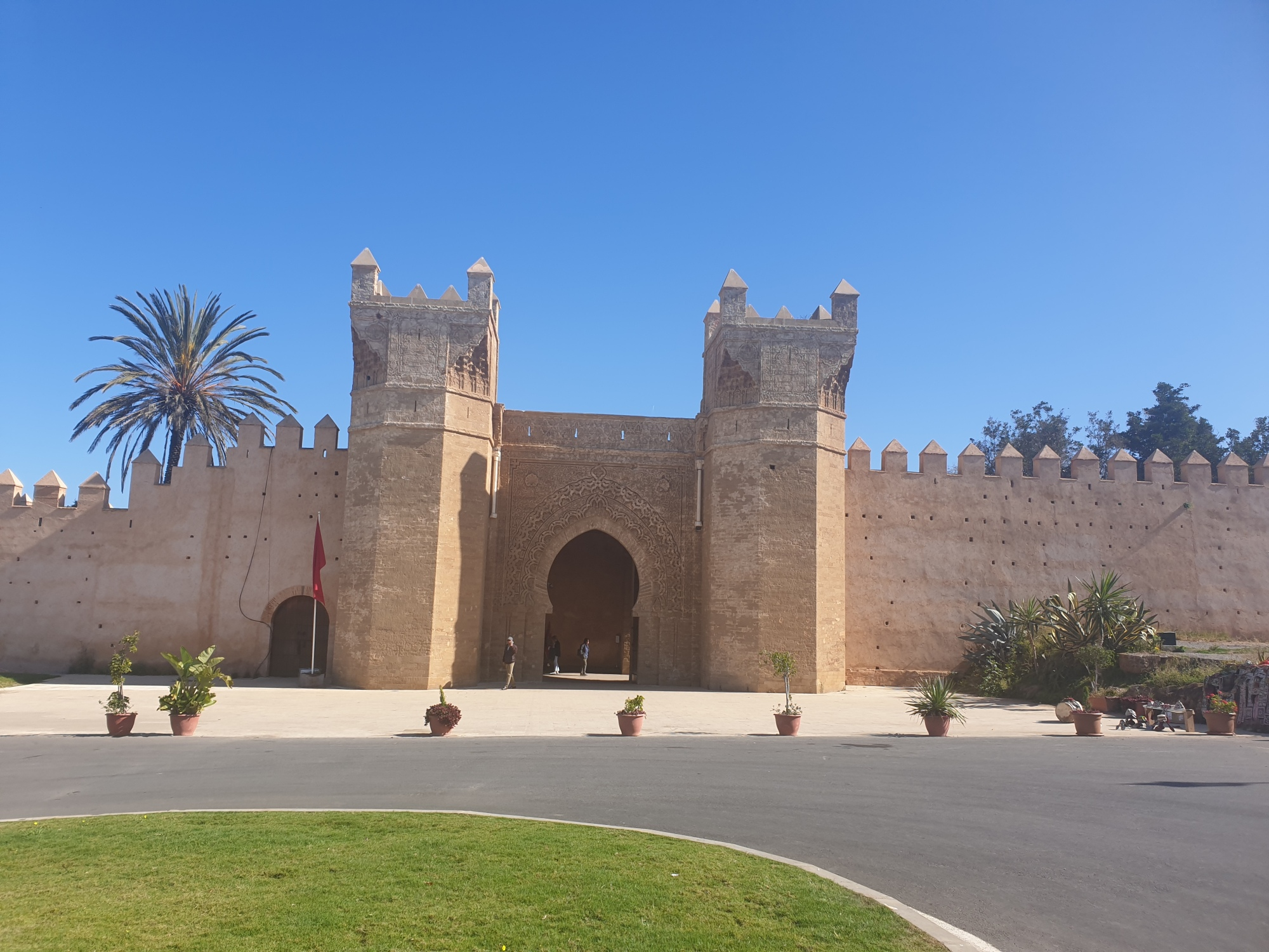 la porte principale de Chellah au Maroc