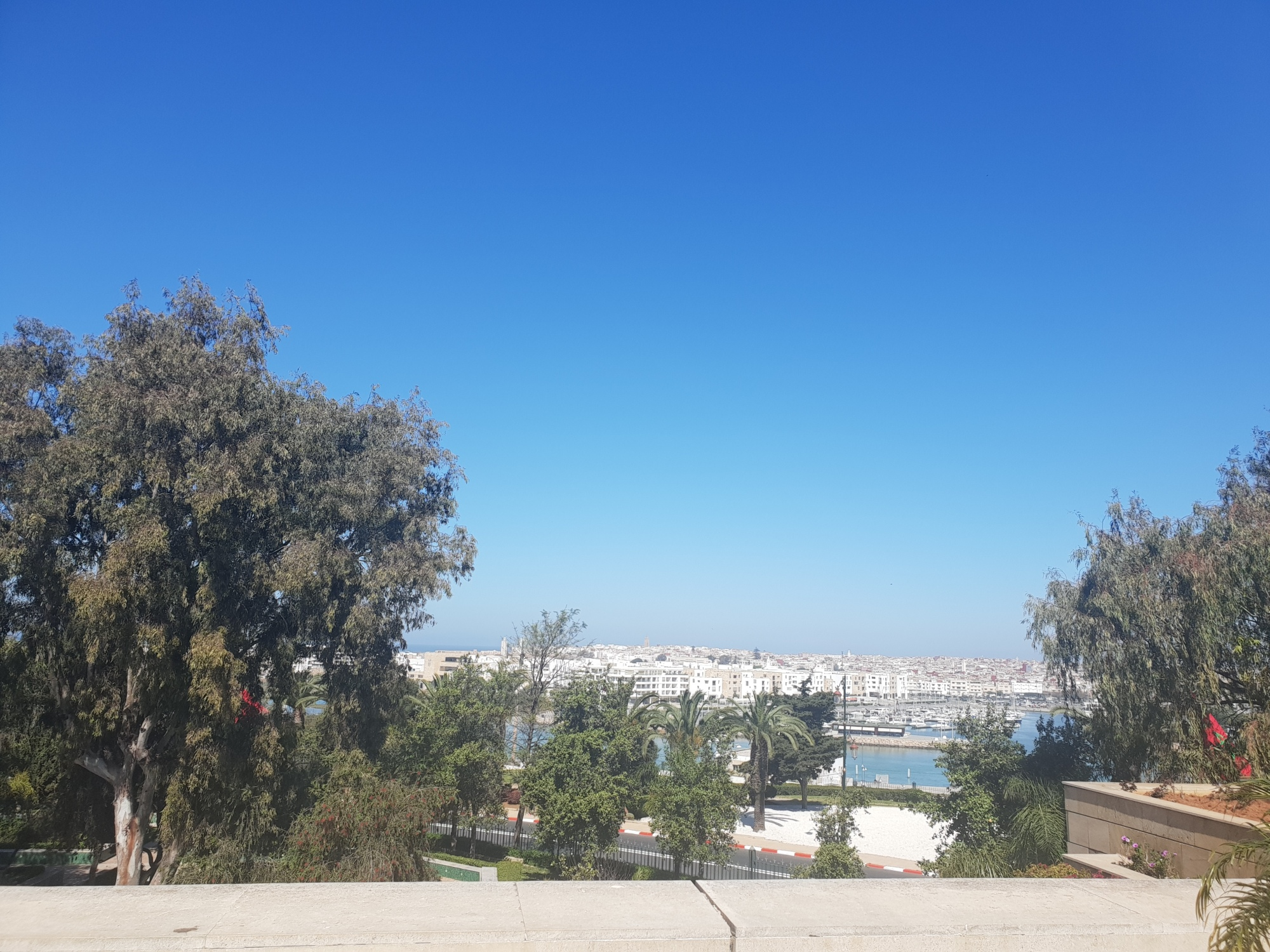 la vue sur le fleuve, la marina et Salé depuis le site de la tour
