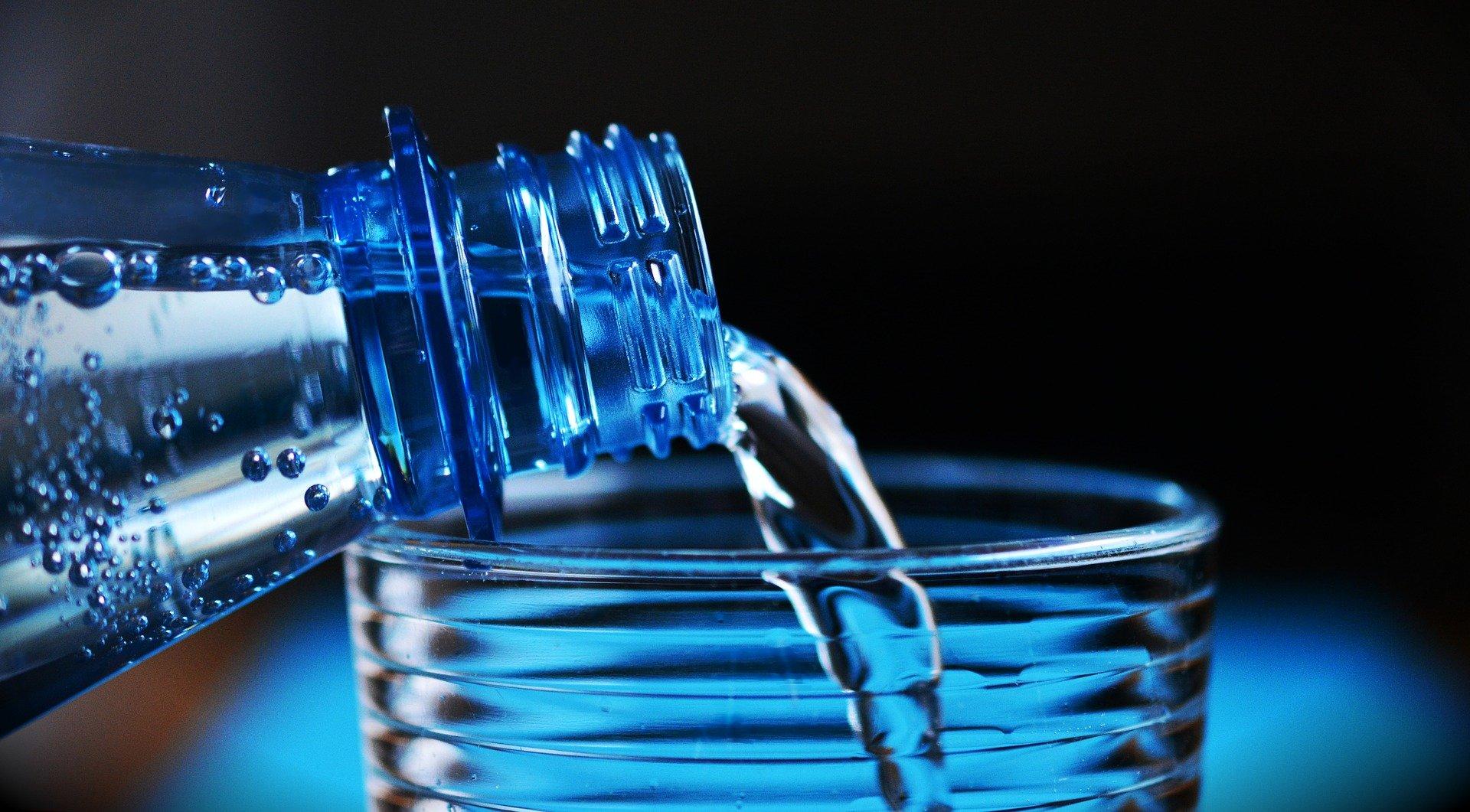 Une bouteille d'eau minérale naturelle