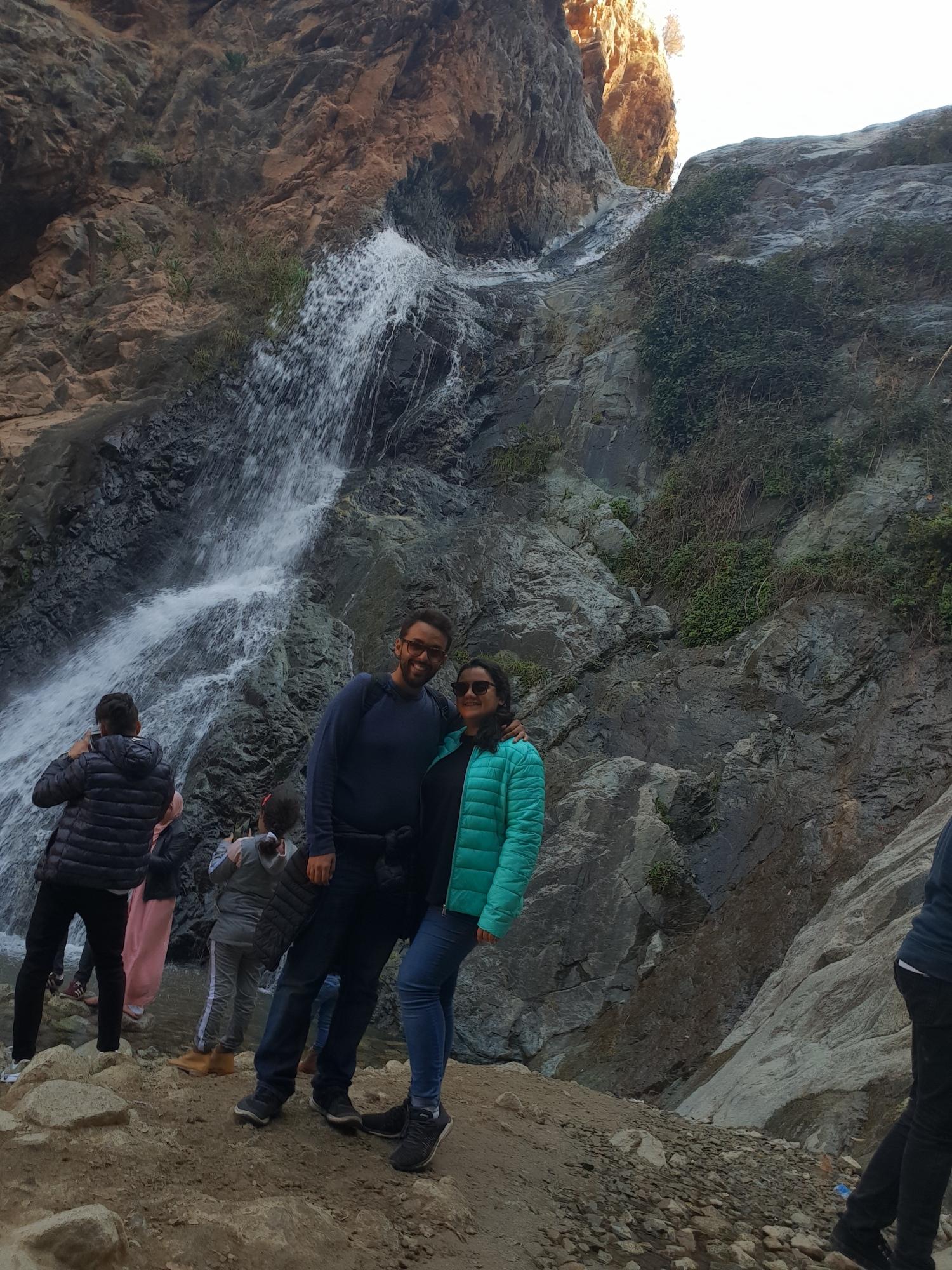 Sarah et Sami devant la première cascade de setti-Fatma dans la vallée d'Ourika près de Marrakech