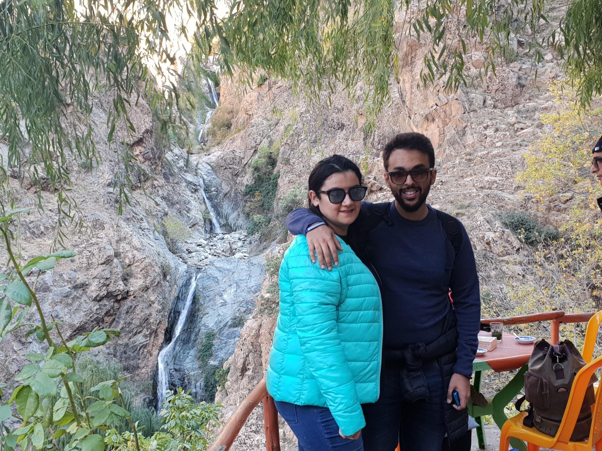 Sarah et Sami dans la terrasse d'un café avec, en arrière plan, les autres cascades de setti-Fatma dans la vallée d'Ourika près de Marrakech
