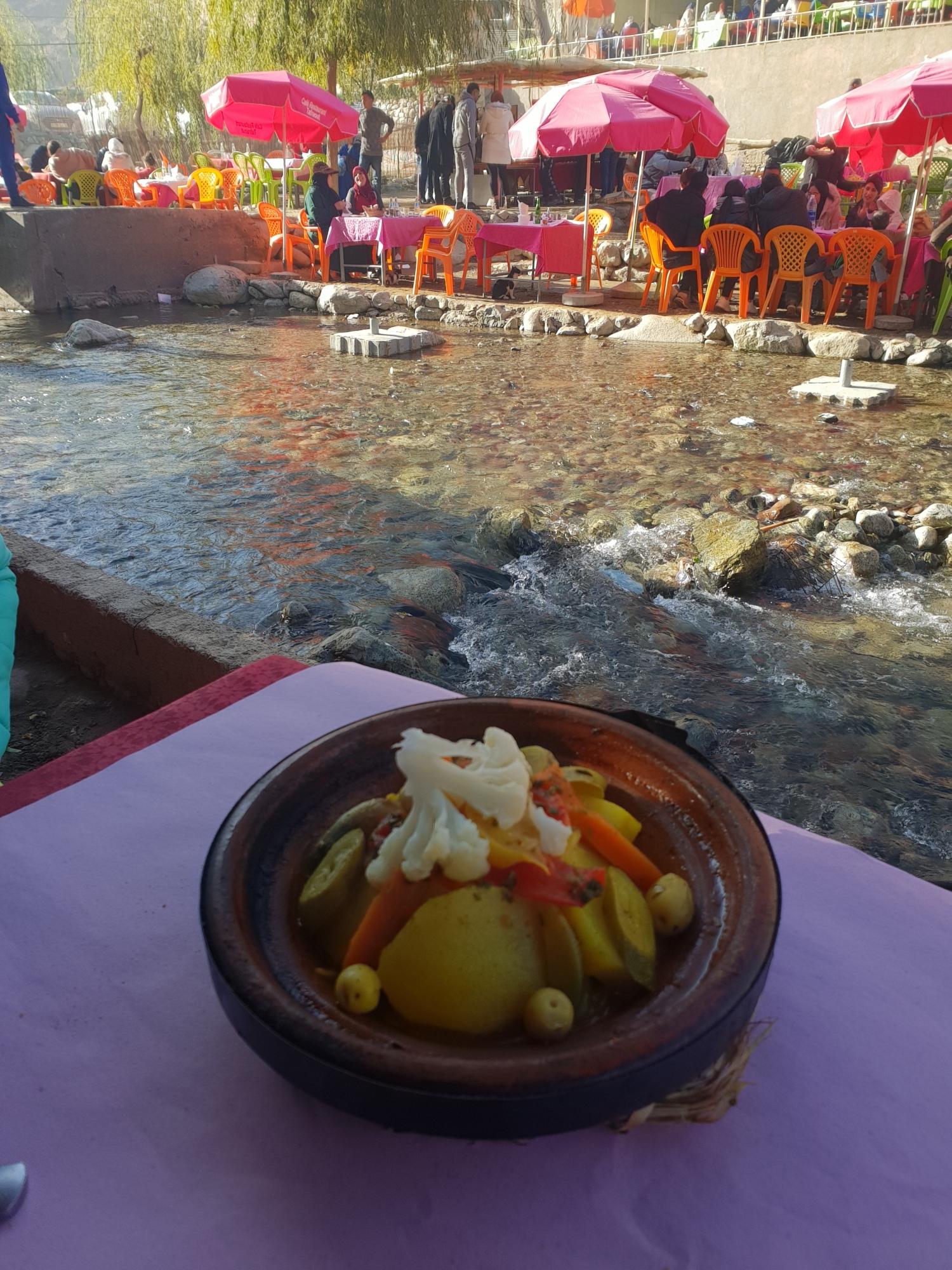 Tajine de légumes dans un restaurant les pieds dans l'eau à Setti-Fatma dans la vallée d'Ourika près de Marrakech